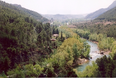 RURAL VILLAGE for sale of seven houses and several annexes in a beautiful, green and impossible to improve natural setting next to the Segre river.